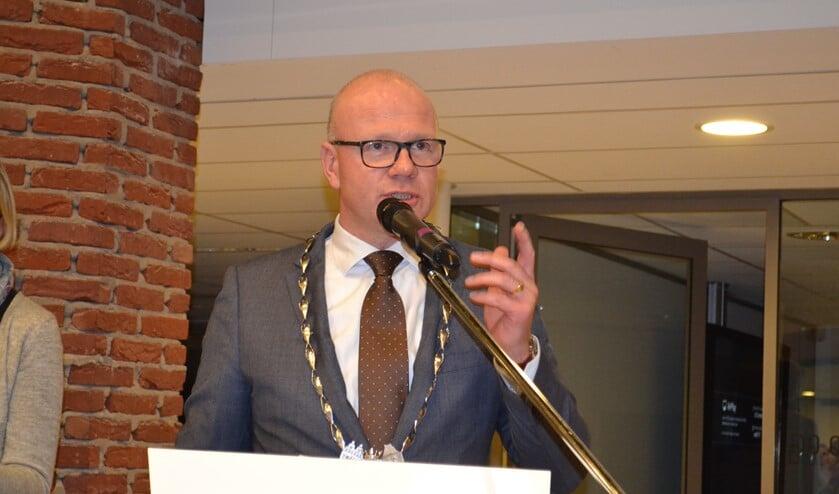 Burgemeester Klaas Tigelaar moest het grootste deel van de vragen van de raadsleden over de lokale maatregelen met betrekking tot de coronacrisis beantwoorden (archieffoto).