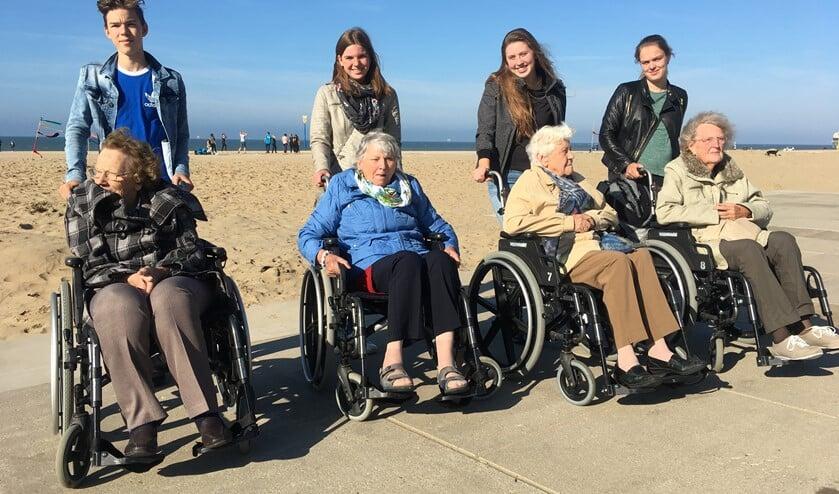 Jongeren op stap met ouderen (archieffoto Telstar Uitgeverij).