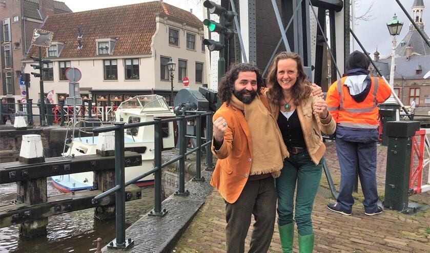 Shervin Nukuee en Esseline van de Sande (r.) van de Stadscoalitie organiseren de Pop-up Bazar in hartje Leidschendam (foto: pr).