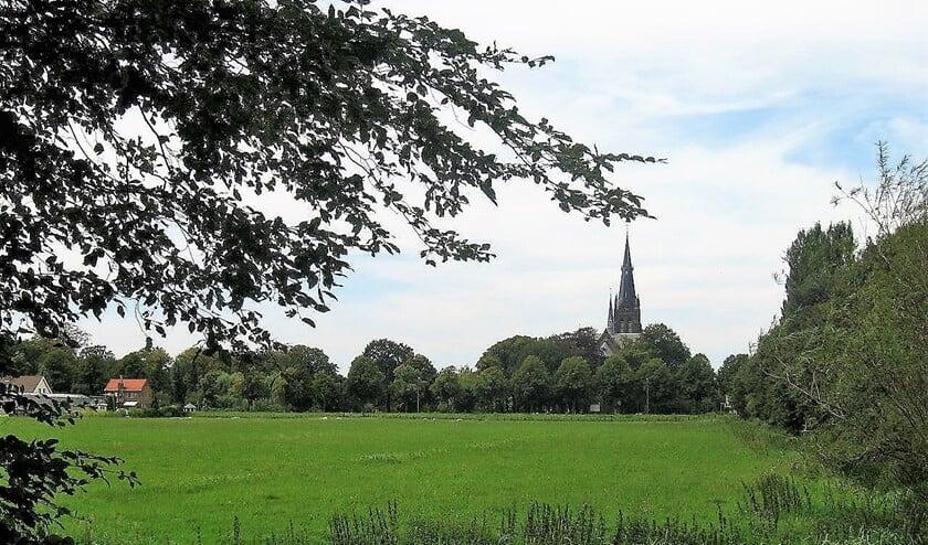 De groene Vlietrand met de St. Martinuskerk in Voorburg op de achtergrond (foto: Ap de Heus).