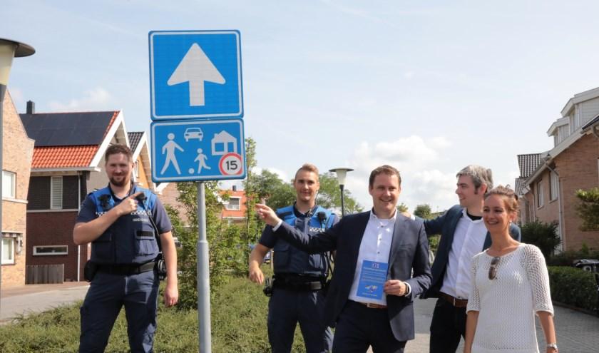 Wethouder Marc Rosier (verkeer en vervoer) overhandigde de eerste flyers aan de initiatiefnemers.Foto: Jan van Es