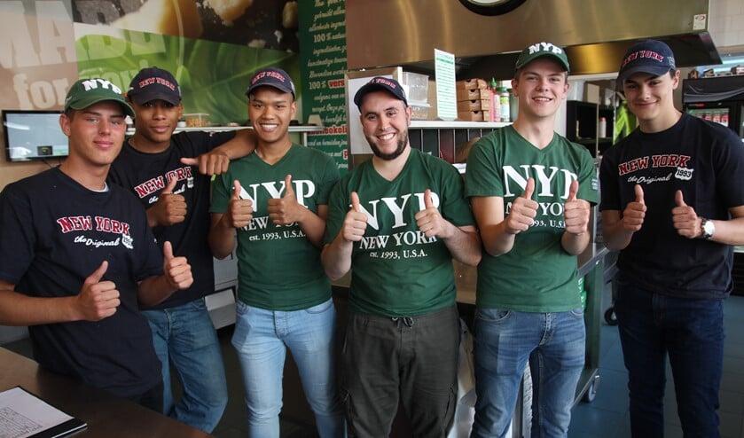 Abou (vierde van links) met een deel van het team van New York Pizza Nootdorp.