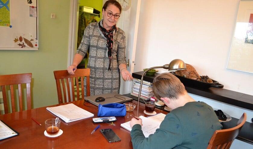 Onder toeziend oog van Gea Beijering maken de leerlingen hun huiswerk (foto: Inge Koot).