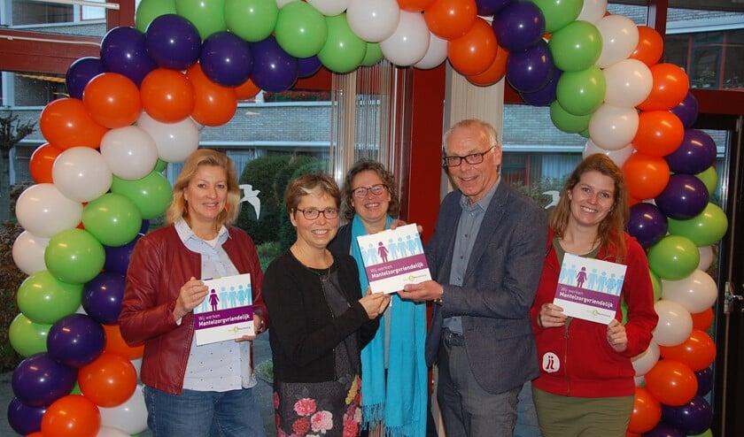 Annemarie Naafs (Bibliotheek Oostland), Francis Bennis (Bureau Mantelzorg Ondersteuning), Jacqueline van Veen (SBJ Samen Sterk), Edwin Stens (SWOP) en Lobke Boerefijn (STJJMH).