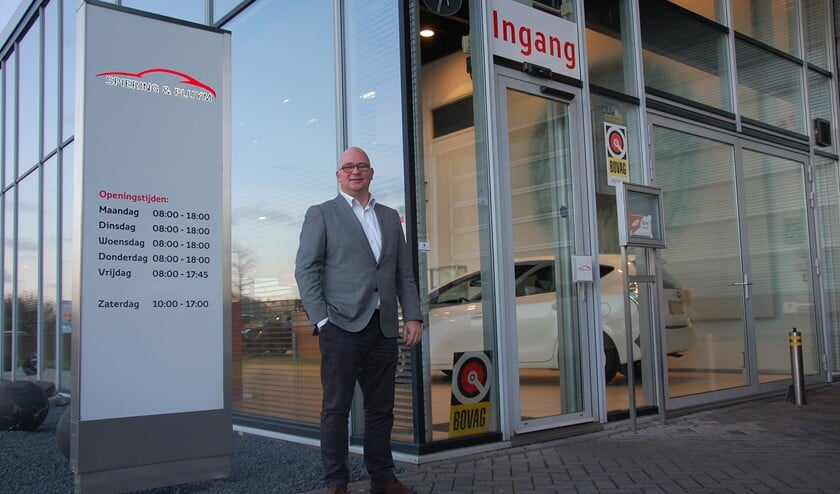 Sander Verhulst voor het schitterende pand aan de Exportweg in Delfgauw, direct aan de N470.