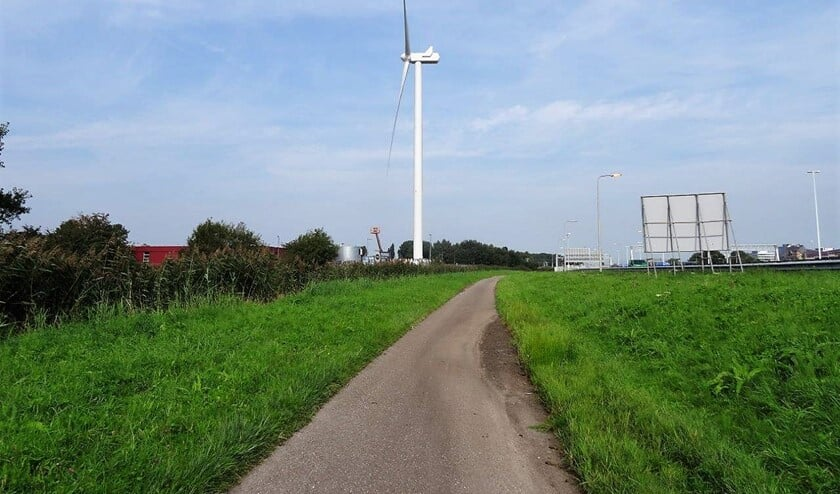 De windturbine die aan rijksweg A4 staat (foto: Ap de Heus).