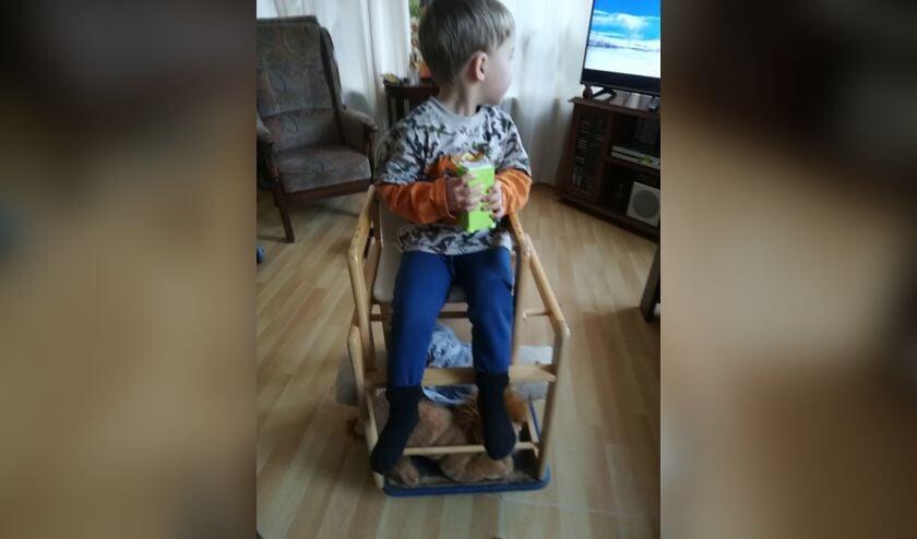 Onder de voetjes van Yason is Simba een beetje te zien.