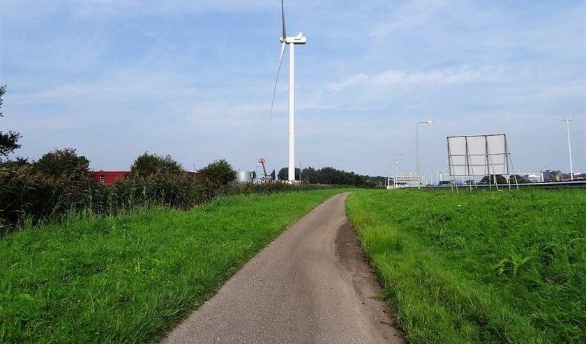 De windturbine aan rijksweg A4 veroorzaakt geluidsoverlast in de Zeeheldenwijk (foto: Ap de Heus).