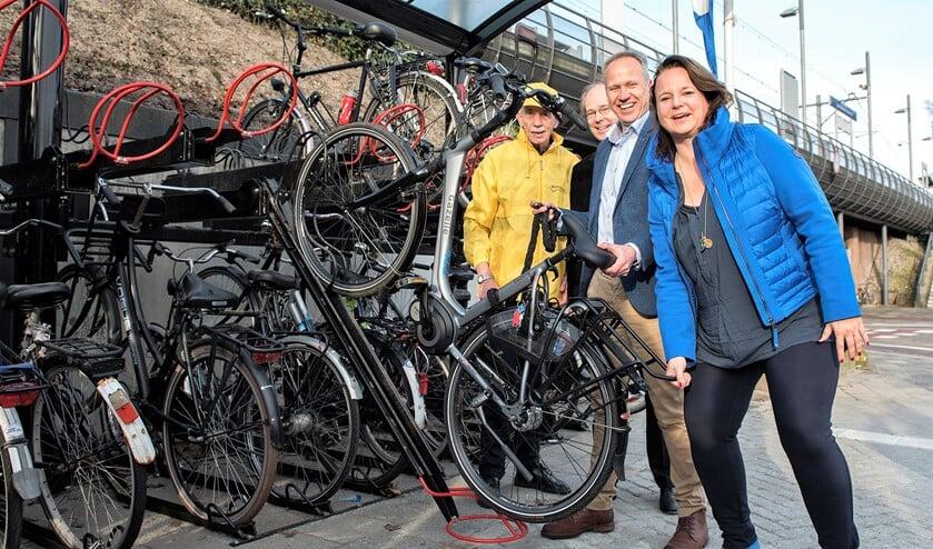 O.a. de wethouders Nadine Stemerdink en Floor Kist verrichtten de opening van het vernieuwde fietsvriendelijke plein (foto: Michel Groen).