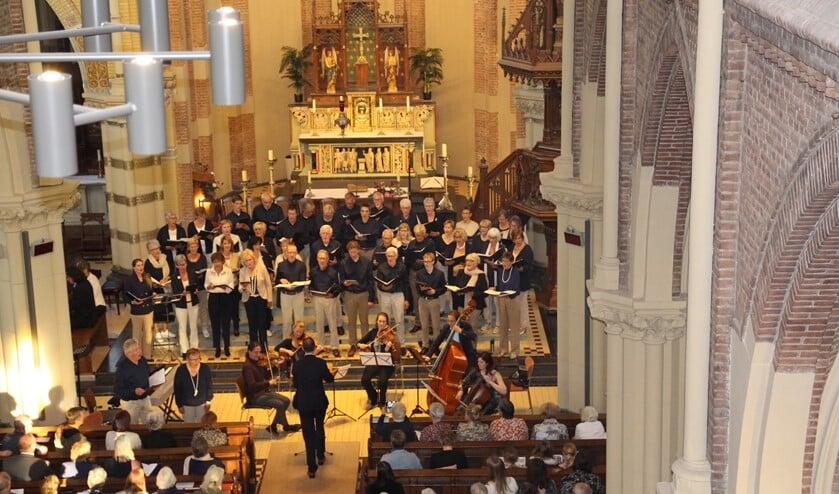 Cantores treedt meestal op in de RK–kerk van Nootdorp maar nu is de kerk in Pijnacker de place to be.