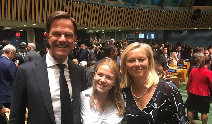 Sara temidden van Mark Rutte en minister Sigrid Kaag.
