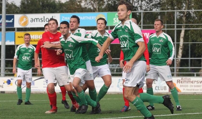 Jordi Cazier (SEV) staat op het punt een corner uit te verdedigen voordat GDA gevaarlijk kan worden (foto: AW).