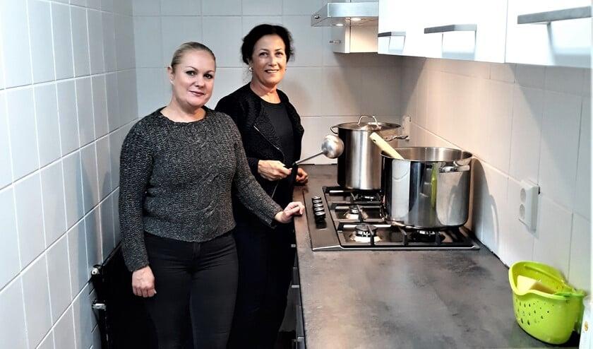 De kookploeg aan het werk in de spinternieuwe keuken van wijkvereniging Oud-Zuid (foto: pr).