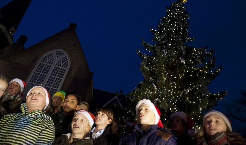 Ook in voorgaande jaren zongen leerlingen van de Lusthofschool kerstliedjes tijdens het ontsteken van de lichtjes. (Foto: Hilbert Krane)