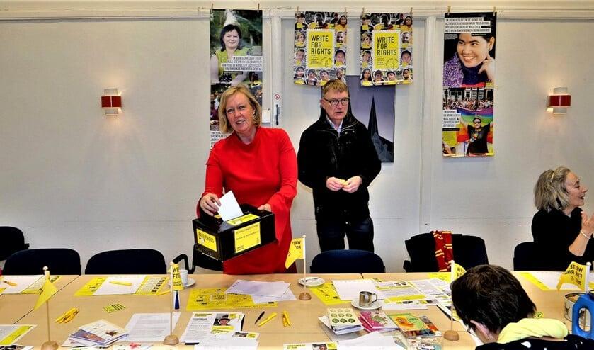 <p>Schrijfactie in De Voorhof met wethouder Astrid van Eekelen (archieffoto Ot Douwes).</p>