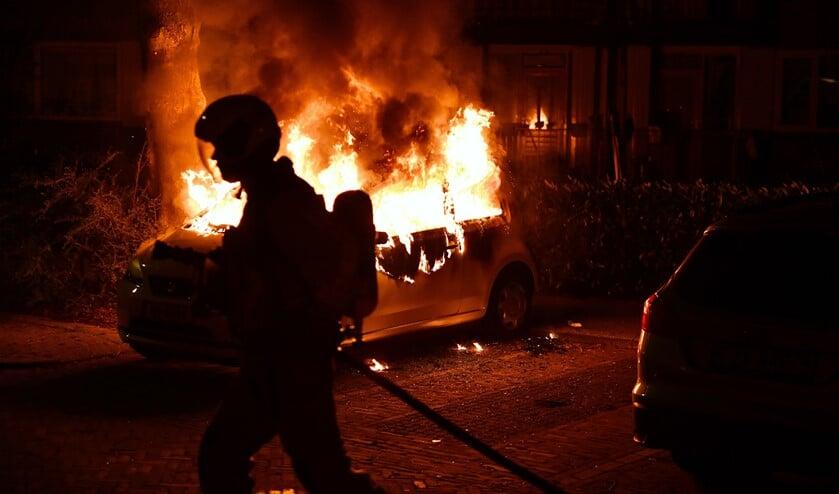 En weer gaat een auto in vlammen op (archieffoto: Bob van Keulen).