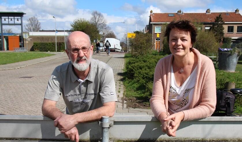 Esther en Hans op de grens van de oude kern en nieuw Delfgauw. Het beroemde paaltjespunt bij de Pauwmolen.