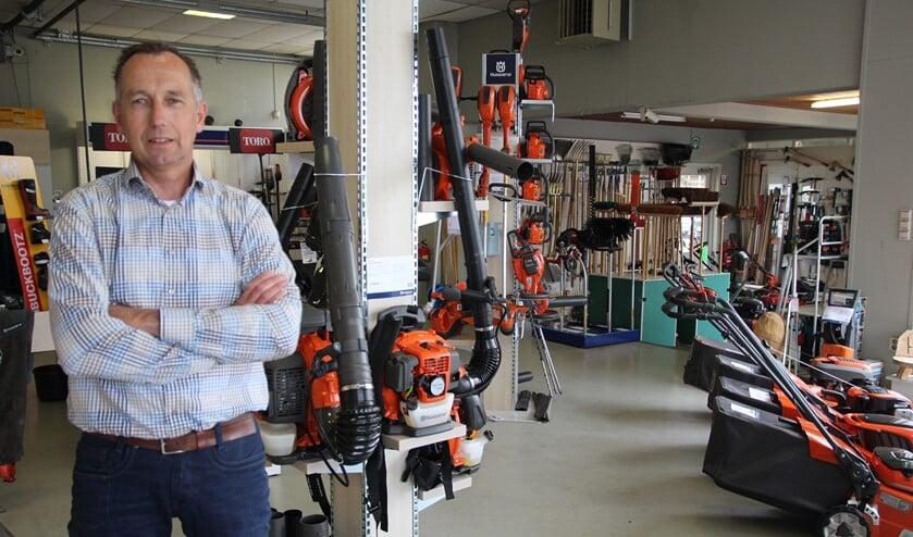 Hans van der Helm in de veelzijdige showroom waar ook de tuinhobbyist zijn ogen uitkijkt.