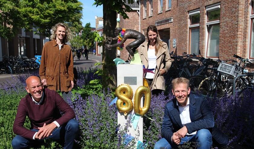 Frits van Velzen en Marc van Buijtene van de Toerclub Pijnacker bij het standbeeld, met Linda en Nina van Radiante Sport, de organisatie achter de Ode aan Jan Janssen. Op de foto ontbreekt Gerrit de Haan.