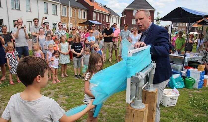 Wethouder Peter Hennevanger opent met behulp van buurtkinderen de pluktuin in Ackerswoude.