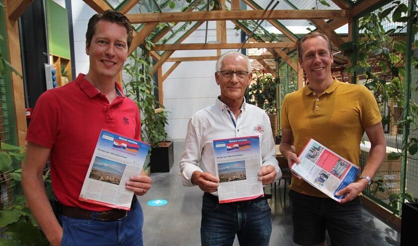 Jeroen en Stephan Droogh met in hun midden Henny Bos van de Stichting Pijnackernaren Helpen Armenië die in 1994 als wethouder Intratuin Pijnacker officieel mocht openen.