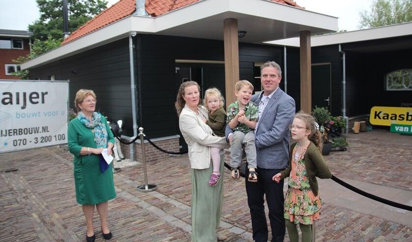 Johan en Jirska met hun kinderen Dione, Guido en Chloe. Links Ria die destijds met echtgenoot Ton de boerderijwinkel is begonnen.