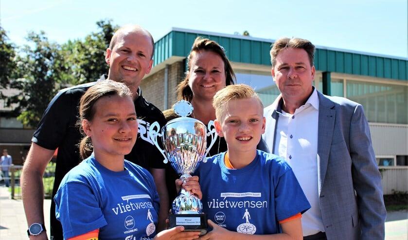 Wethouder Nadine Stemerdink reikte op basisschool De Wegwijzer de winnaarsbeker uit aan de aanvoerders Jordi en Claire (foto: pr).