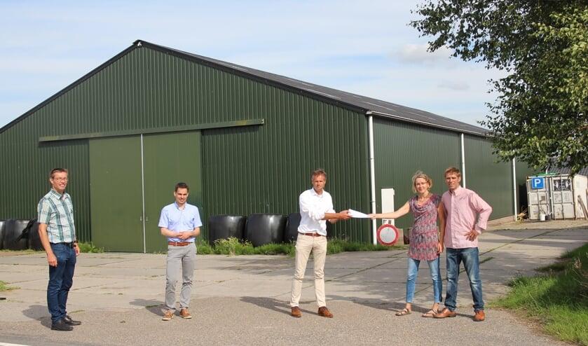 Begin juli is de overeenkomst gesloten tussen de Energiecoöperatie en het melkveebedrijf van Isabella en Dirk Gravesteyn. Links namens de coöperatie: André van Langen, Ronald Berk en Matthijs Beke.