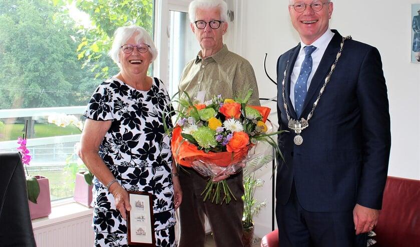 Het diamanten echtpaar Marijke en Henk Schneider kreeg van burgemeester Tigelaar een bos bloemen en een cadeautje (foto: DJ).
