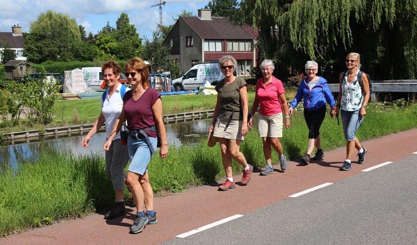 De dames wandelen voor de foto even een stukje over de Veenweg. Daarna volgde een tochtje van bijna twintig kilometer vanuit Wassenaar naar Katwijk en terug.