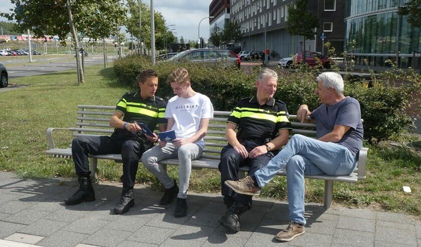 De politie in gesprek met burgers over hun woon- en leefomgeving. (foto: Dick Muijs)