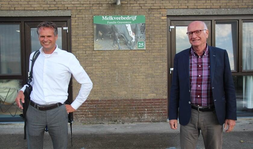 <p>Paul de Bree (rechts) heeft de voorzittershamer van de Energieco&ouml;peratie Pijnacker-Nootdorp overgenomen van grondlegger Matthijs Beke.</p>