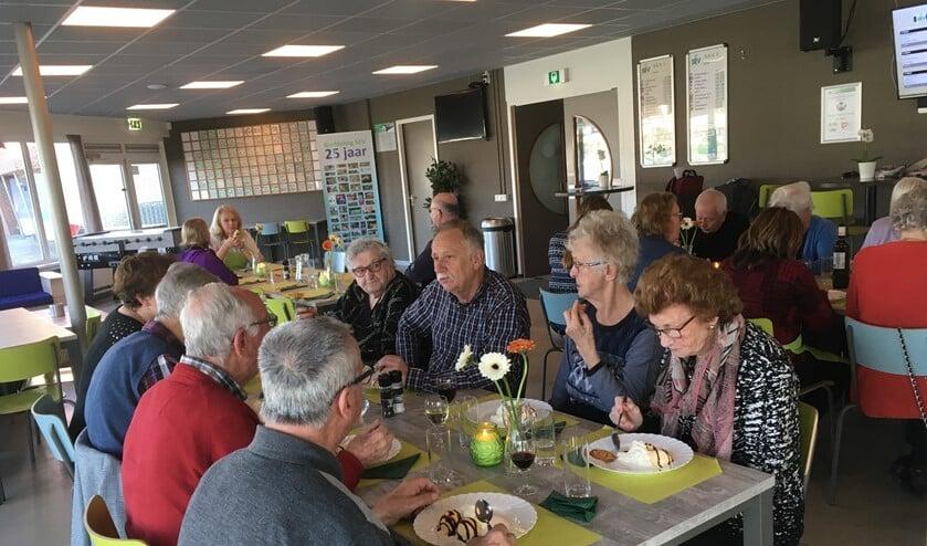 In totaal 23 mensen uit de wijk en omgeving genoten zichtbaar van het Buurtresto in de kantine van SEV (foto: pr).