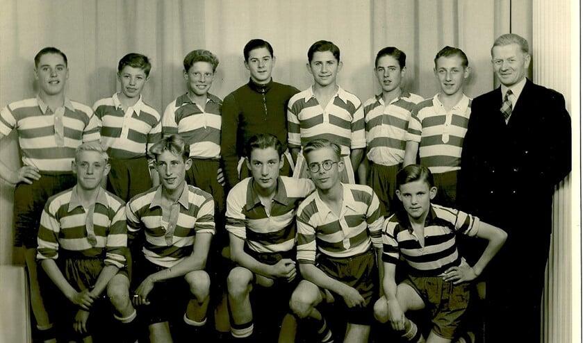 Het B1-team van Oliveo dat in 1952 kampioen werd. Staand: Peter van der Kleij, Wim de Vreede, Frans van der Meer, Sjaak Overmeer, Aad de Boe, Theo van der Marel, Huub Stigt en leider Jac van der Burg. Gehurkt: J. van Beek, A. Kerklaan, Ton Sturkenboom, Nico van Overdam en Koos Ruigrok.