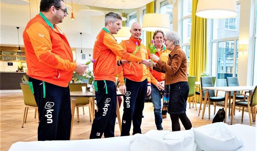 De koppelbedden zijn door Roparun overhandigd aan Anja Jonkers, directeur intramurale zorg van Florence (foto: Studio Oostrum).