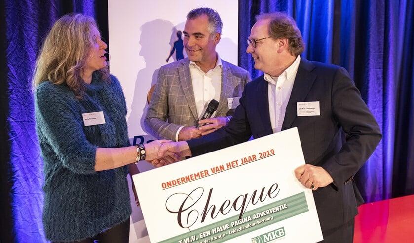 Leo Vermeulen (rechts) ontvangt een cheque voor advertentieruimte uit handen van Mariëlle Schoor en Leo Valk (Foto: Michel Groen).