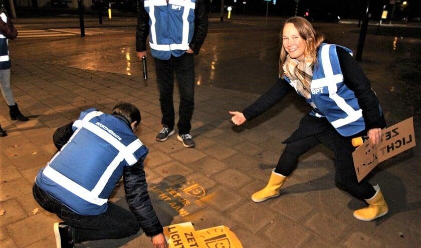 <p>BPT-ers van Voorburg-West spuiten het logo van de actie op verschillende plekken in de wijk waar veel fietsers rijden (foto: Ap de Heus).</p>