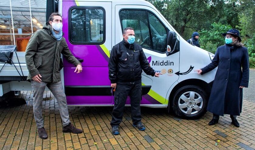 <p>In de stromende regen, is de bus onthuld door een cli&euml;nt, een werkbegeleider van Middin en met de sponsoren de Rotary Voorburg en de Tafelronde 103 Leidschendam-Voorburg (foto: pr).</p>