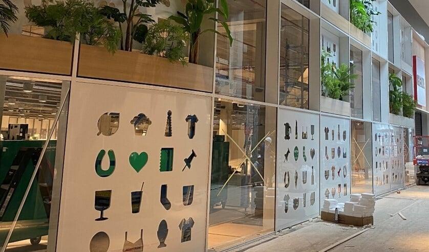 <p>De opvallende gevel van de HEMA is voorzien van witte panelen met uitsneden van de HEMA iconen, afgewisseld met glaspanelen en plantenbakken (foto: pr Mall of the Netherlands/Jos 't Hart).</p>