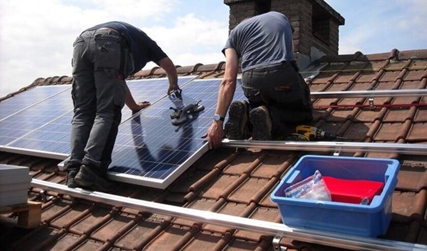 <p>Het aanbrengen van zonnepanelen op een woning.</p>