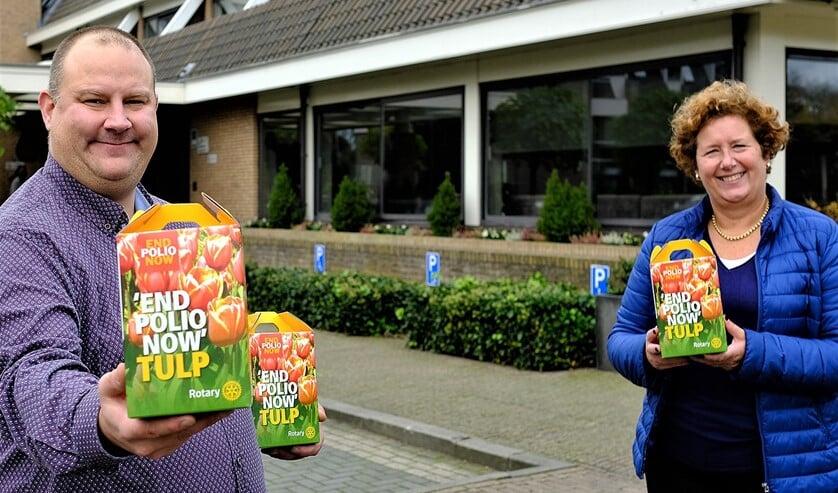 <p>Monique Vreeburg en Adrie den Dulk van Rotary Club Voorschoten-Leidschendam deden mee aan het planten van tulpenbollen op Wereld Polie Dag (foto: Paul van Wezenberg).</p>