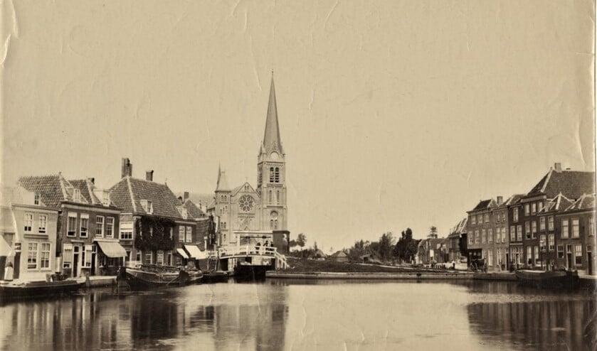 <p>Leidschendam met de Petrus en Pauluskerk aan de sluis; ca 1890.</p>