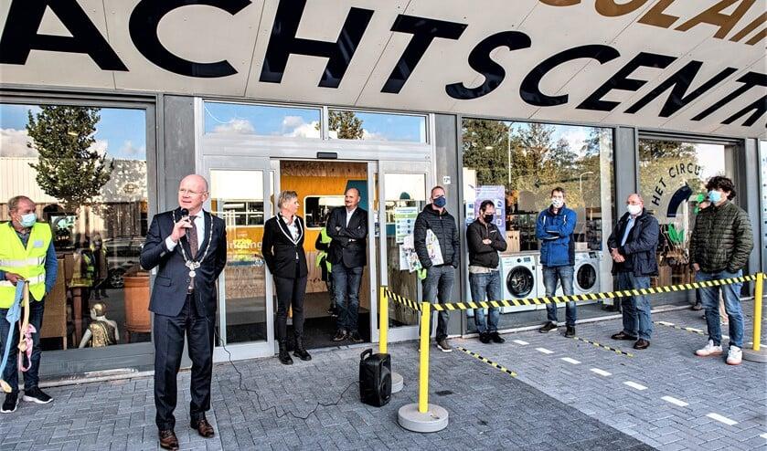 <p>Burgemeester Klaas Tigelaar opende zaterdag het Circulair Amtachtscentrum aan De Star in Leidschendam (foto: Michel Groen).</p>