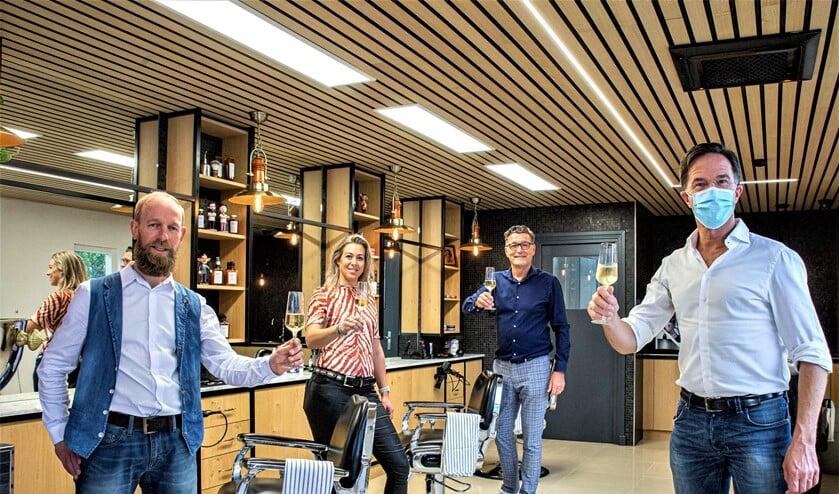 <p>Marco Rimmelzwaan (l.) en de andere teamleden proosten met Mark Rutte op de heropening van de zaak (foto: Harry Scholtes).</p>