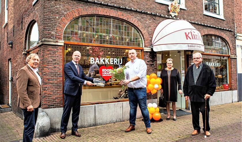 <p>Burgemeester Tigelaar ontvangt het magazine (foto: Harry Scholtes).</p>