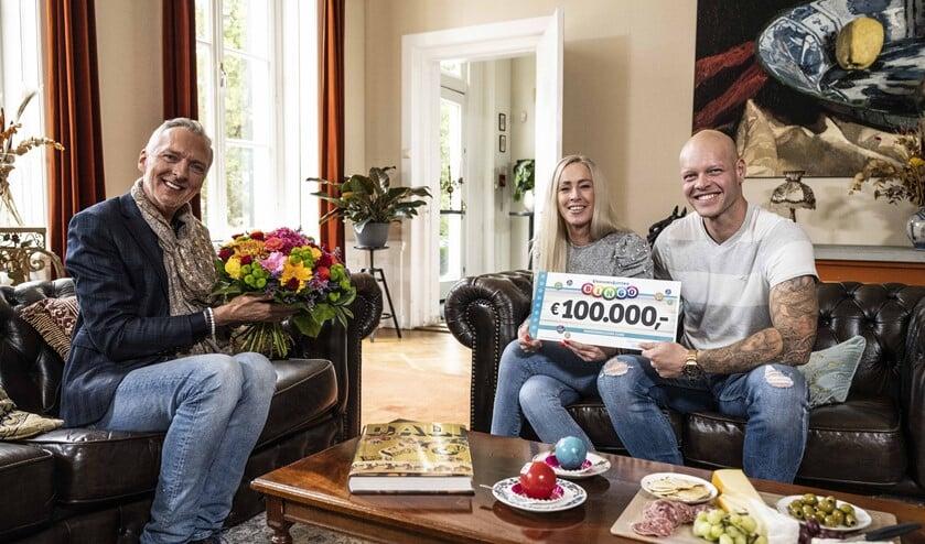 Suzette uit Leidschendam ontvangt VriendenLoterij cheque van 100.000 euro uit handen van Martien Meiland (foto: Jurgen Jacob Lodder).