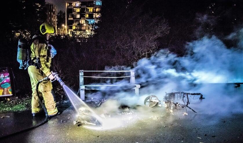 <p>Van de scooter en het bankje bleef niet veel meer over (foto: Sebastiaan Barel). </p>