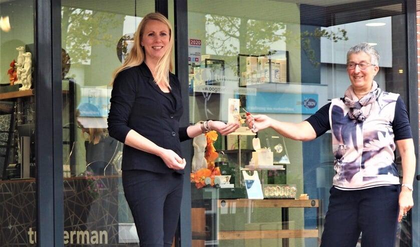 <p>Gerrie Jansze draagt bij Tunderman aan de Damlaan in Leidschendam de sleutel over aan haar opvolgster, vakaudicien Hanneke Verbeek.</p>