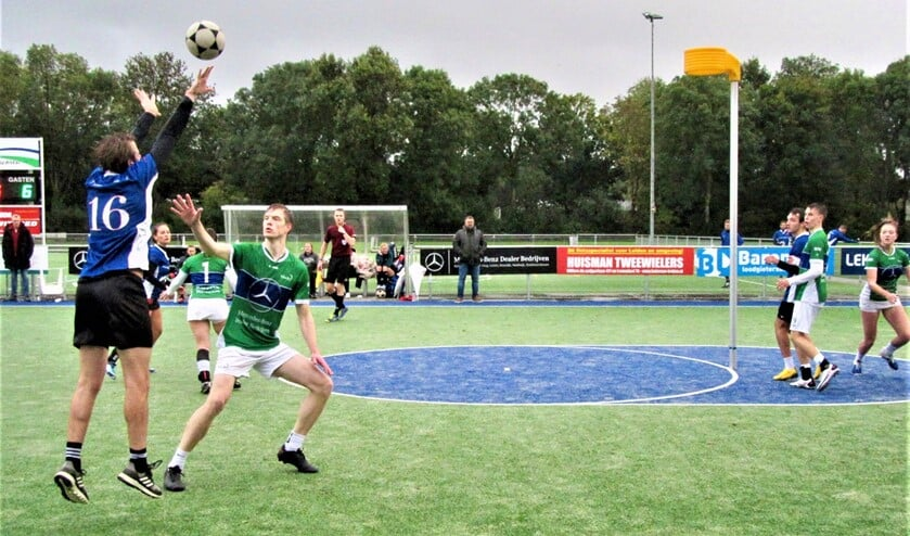 <p>Kjeld Verboom (16), hier schietend, werkte weer hard en wist eenmaal tot scoren te komen (foto: pr VEO).</p>