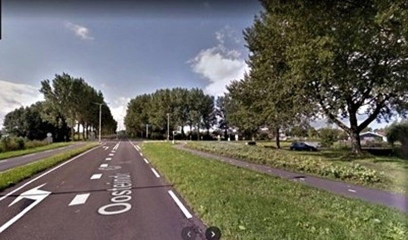 <p>De N206 (ter plekke Oosteinde geheten) in Stompwijk waar een aansluiting op de Veenpoldersweg moet komen (foto: Google Streetview).</p>